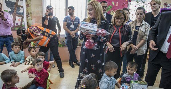 Američka glumica Lindsay Lohan posjetila je izbjeglički kamp u Nizipu, u jugoistočnoj turskoj provinciji Gaziantep, u kojem su smještene sirijske izbjeglice. Poznatu glumicu je pored velikog broja zvaničnika dočekala i gradonačelnica Gaziantepa Fatma Sahin. ( Kerem Kocalar - Anadolu Agency )